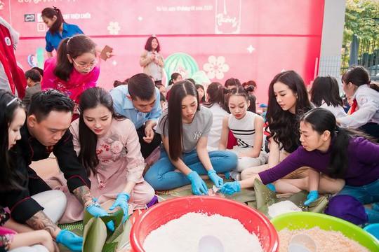 Hoa hậu Tiểu Vy, Á hậu Thuý An giản dị gói bánh chưng tặng trẻ em nghèo