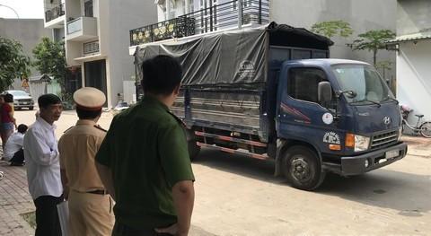Bé trai 15 tháng tuổi bị xe tải cán chết trước nhà