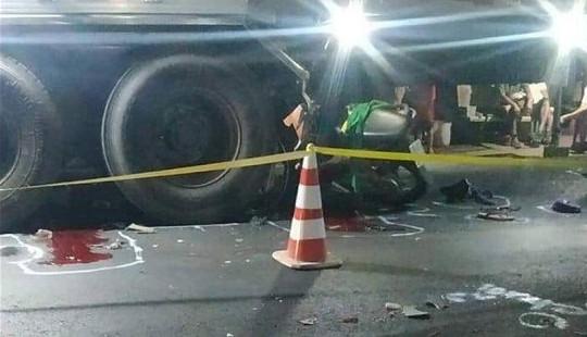 Hai thanh niên tông vào xe ôtô tải tử vong