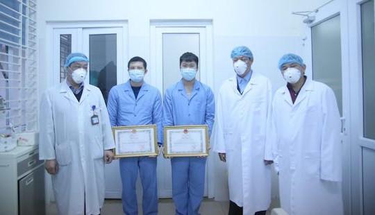 Khen thưởng các bác sĩ đón thành công 30 công dân về từ vùng dịch