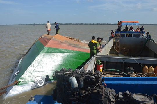 Tìm thấy thi thể 2 cháu bé trong vụ lật sà lan trên sông Hậu