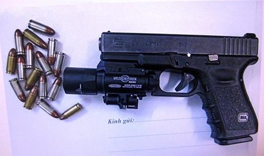Khởi tố 2 người đi BMW mang theo súng ngắn