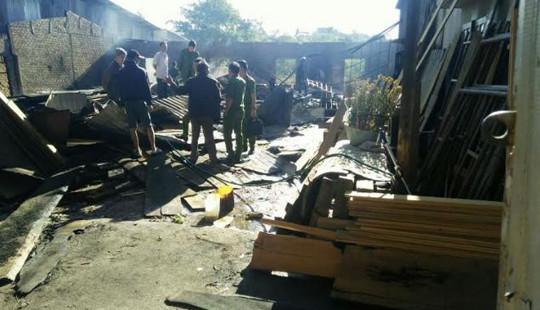 Xưởng gỗ bốc cháy trong đêm, thiêu rụi nhiều tài sản
