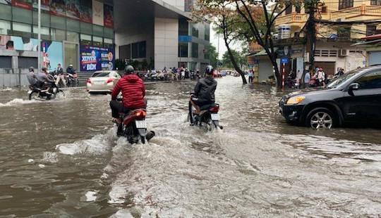 Nhiều tuyến phố Hà Nội ngập sâu do mưa lớn