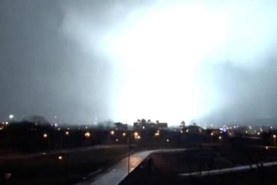 Hai người thiệt mạng, khoảng 40 tòa nhà bị phá hủy bởi lốc xoáy kinh hoàng