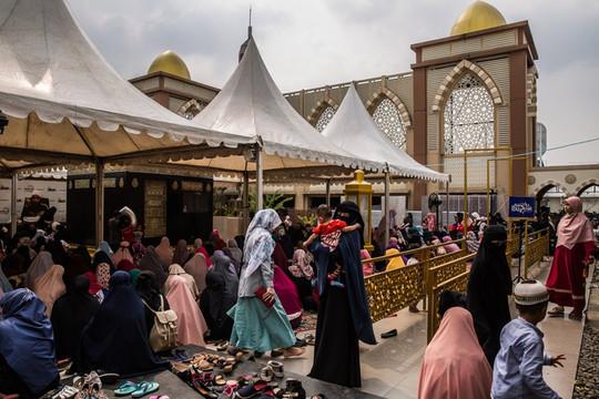Bất chấp dịch Covid-19 hàng nghìn người Hồi giáo đổ về Indonesia hành lễ