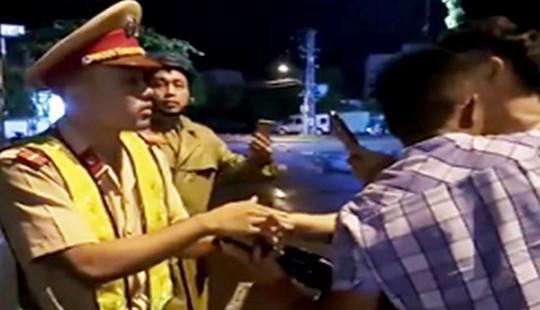 Từ 30/3 Cảnh sát có quyền từ chối làm nhiệm vụ với người ăn mặc phản cảm