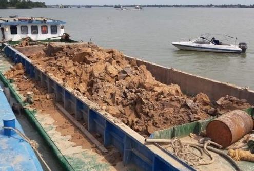Bắt 7 sà lan khai thác 300m3 đất sét trên sông Hậu