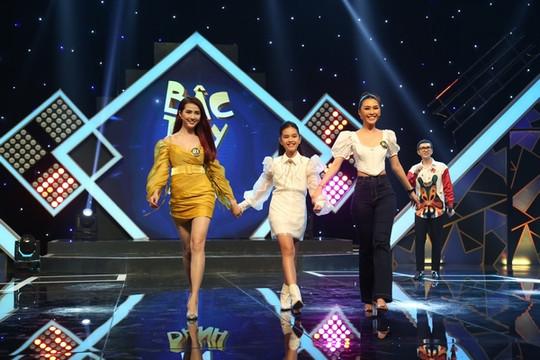"""Hoa hậu Tường Linh, Phan Thị Mơ """"đọ"""" trình catwalk cực điệu nghệ trên sàn… gameshow"""