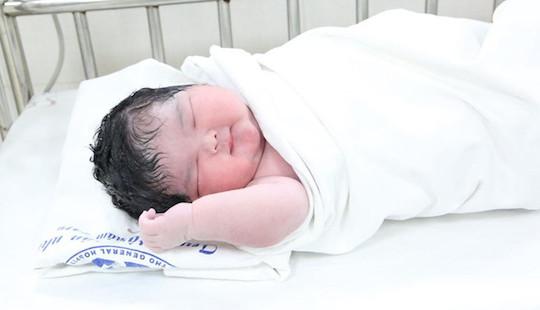 Bé gái sơ sinh chào đời với cân nặng kỷ lục 6kg