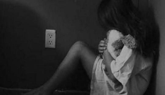 Điều tra nghi án bé gái bị hàng xóm dâm ô khi đang học bài