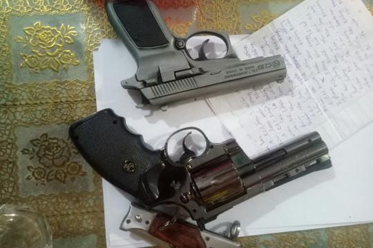 Bắt quả tang ổ đánh bạc ăn tiền, phát hiện tàng trữ nhiều súng và hung khí