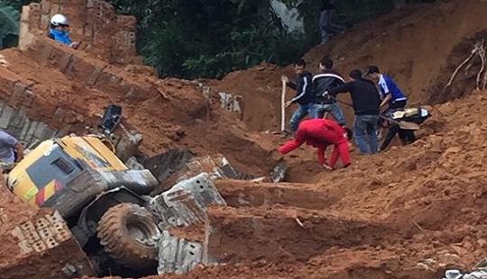 Sập kè xây tường, một thợ xây bị đất vùi tử vong
