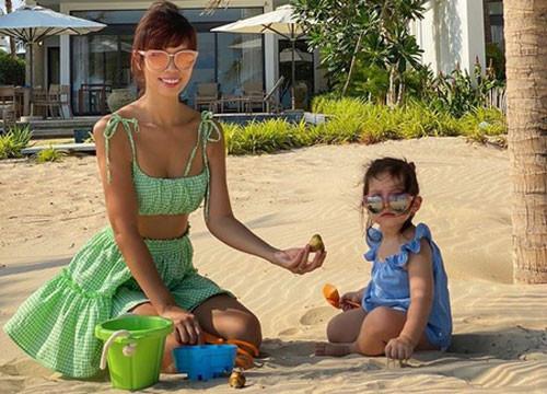 Hà Anh và em gái khoe bikini nóng rực trên bãi biển