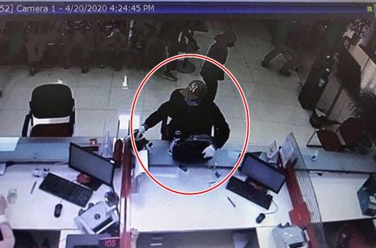 Thanh niên bịt mặt cướp ngân hàng ở Sóc Sơn
