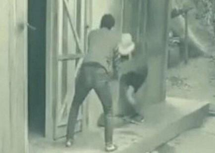 Con trai dùng ghế đánh mẹ gây phẫn nộ mạng xã hội