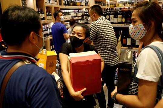 Tin vắn thế giới ngày 4/5: Lệnh cấm được dỡ bỏ, người dân Thái Lan đổ xô đi mua rượu, bia