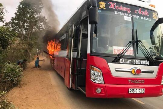 20 người tháo chạy khỏi xe khách giường nằm bốc cháy dữ dội
