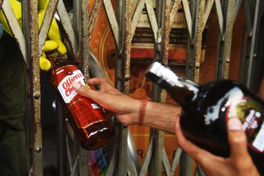 Tin vắn thế giới ngày 6/5: Ấn Độ đánh thuế rượu tới 70% để đảm bảo giãn cách xã hội