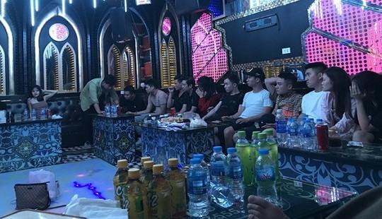 """Bắt quả tang 13 thanh niên nam, nữ """"bay lắc"""" trong quán karaoke"""