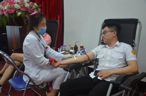 Hàng trăm sinh viên Học viện Tòa án tham gia hiến máu tình nguyện