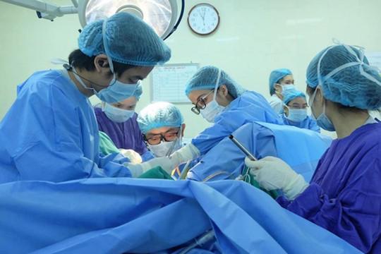 Bé 12 tuổi mắc dị tật màng trinh không thủng