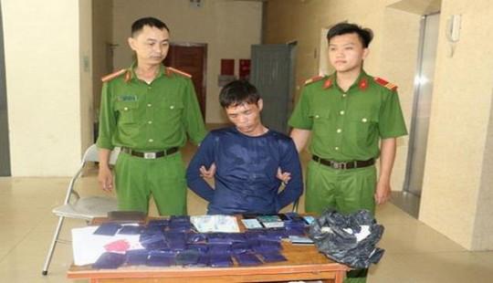 Trinh sát bắt nóng đối tượng ôm súng quân dụng đi bán ma túy