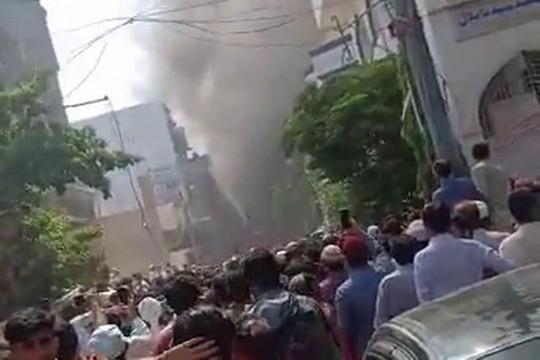 Máy bay Pakistan chở hơn 100 người rơi xuống nhà dân