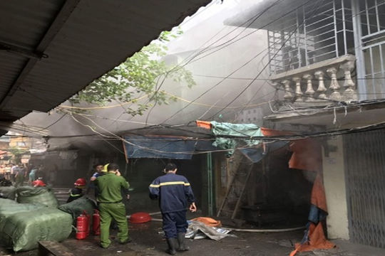 Cháy khu tập thể, 13 người dân may mắn thoát nạn