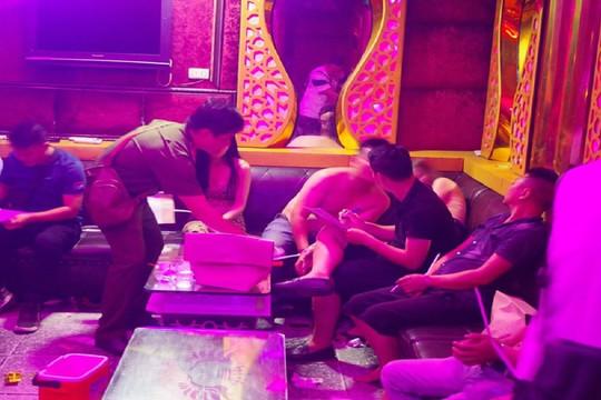 """Phát hiện hơn 60 dân chơi """"bay lắc"""" trong quán karaoke ở Hà Nội"""
