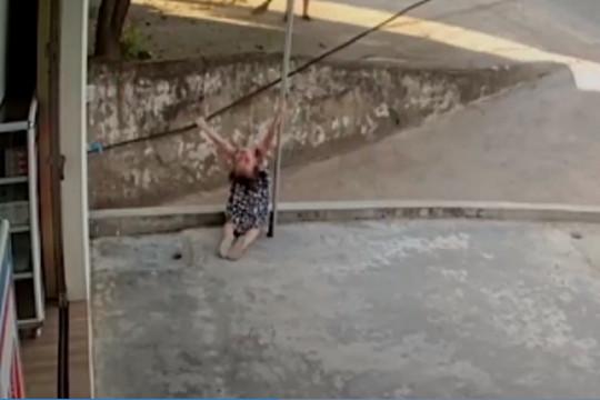 Video: Bé gái bị điện giật khi chơi trước sân nhà
