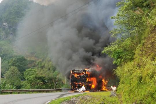 Bắc Kạn: Xe khách đang lưu thông trên đèo bốc cháy dữ dội