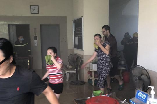 Kịp thời giải cứu 4 người mắc kẹt trong đám cháy chung cư ở Hà Nội
