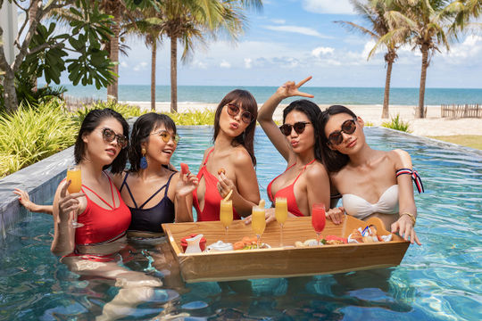 Hà Anh cùng hội bạn gái nóng bỏng chào hè