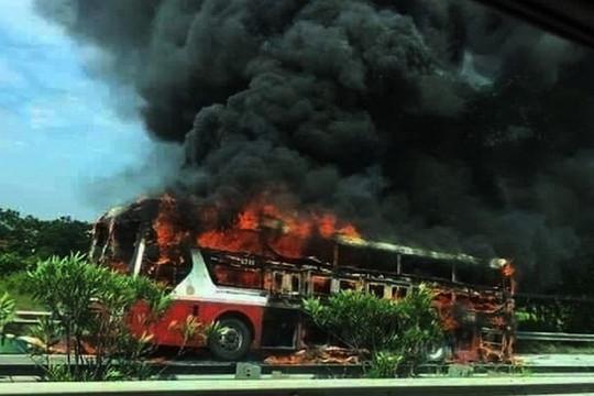Xe khách bốc cháy trên đường cao tốc, nhiều người may mắn thoát nạn
