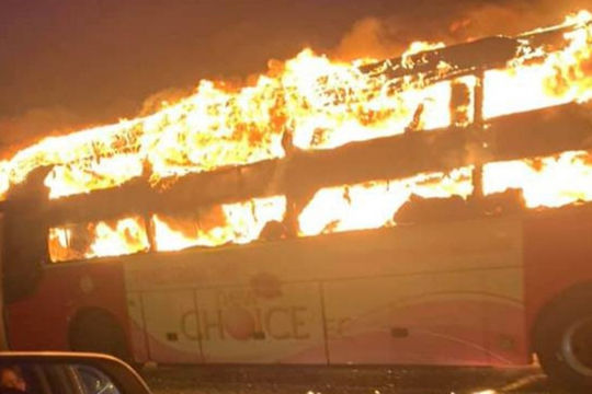 Xe khách cháy dữ dội trên đường vành đai 3