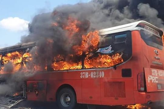 Xe khách giường nằm bốc cháy, 20 người may mắn thoát chết