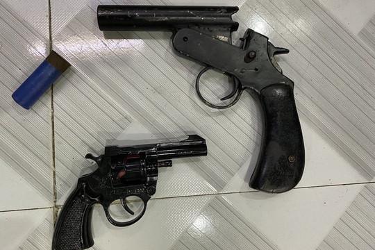 Hàng chục thanh niên mang theo súng, bom xăng vào nhà nghỉ chơi ma túy