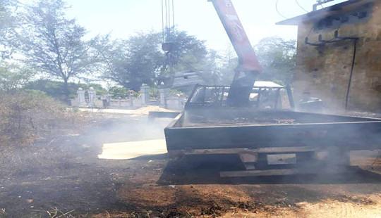 Vướng đường điện khiến xe cẩu bốc cháy, tài xế tử vong