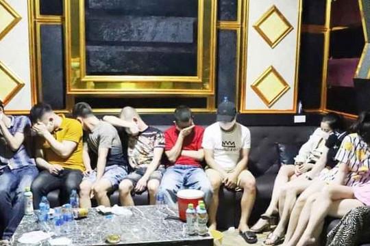 """24 nam nữ tổ chức """"bay lắc"""" trong quán karaoke"""