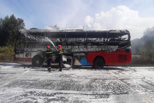 Xe khách bốc cháy dữ dội khi đang lưu thông trên đường