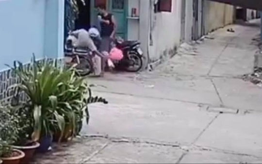 Con trai hành hung cha mẹ vì gọi vào ăn cơm