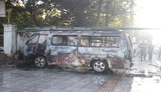 Xe ô tô 16 chỗ bốc cháy ngùn ngụt trên vỉa hè