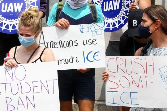 Vụ trục xuất du học sinh tại Mỹ: Hủy quy định về thị thực đối với sinh viên nước ngoài
