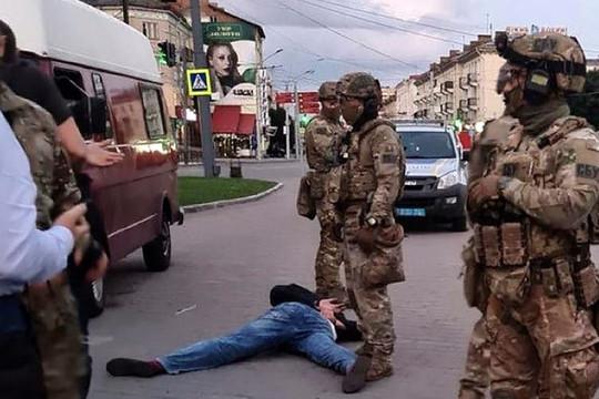 Bắt cóc con tin ở Ukraine: Thủ phạm ra hàng, 13 con tin được trả tự do