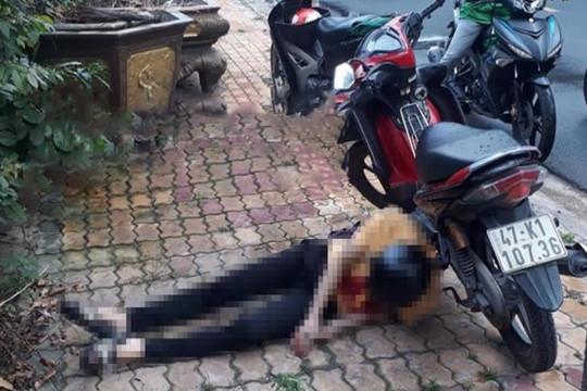 Nam thanh niên chết cạnh xe máy, có dao cắm vào ngực