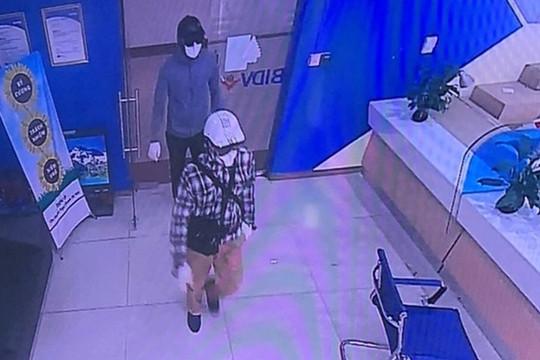 Công an Hà Nội thông báo truy tìm 2 đối tượng cướp ngân hàng
