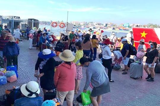 Khẩn trương đưa 2.100 khách rời đảo Lý Sơn