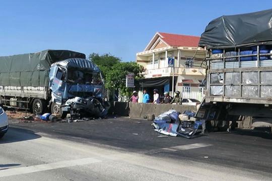 Húc đuôi xe tải đứng chờ đèn đỏ, tài xế tử vong tại chỗ