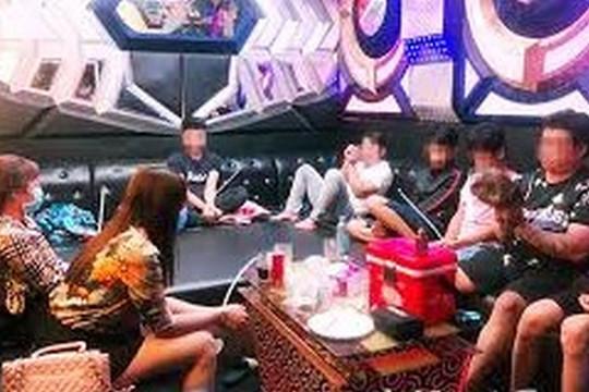 Phát hiện 5 cặp đôi bay lắc trong quán karaoke